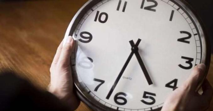 الرجوع الى الساعة القانونية للمملكة (gmt) ابتداء من يوم غد الأحد