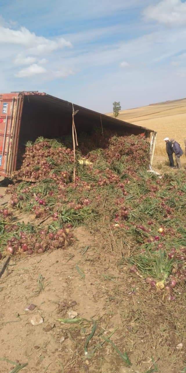 سطات: إنقلاب شاحنة محملة بالبصل